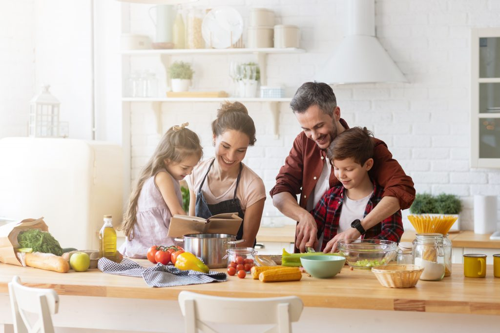 Familia cocinando Instant Pot