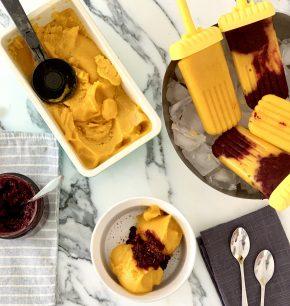 Sorbete y paletas heladas de mango con chamoy de flor de jamaica