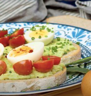 Huevos duros con tostadas de aguacate