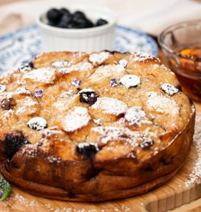 Pastel de pan y arándanos