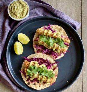Tacos de pescado con salsa de jalapeño rostizado