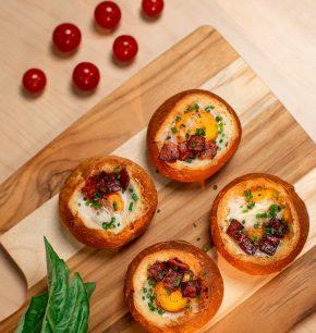 Canasta de pan, huevo y jamón