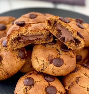 Galletas con chispas de chocolate rellenas de Nutella