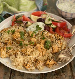 Pollo griego o souvlaki con arroz y salsa tzatziki