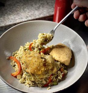 Arroz con pollo estilo peruano