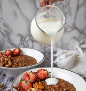 Avena con superfoods peruanos y yogurt